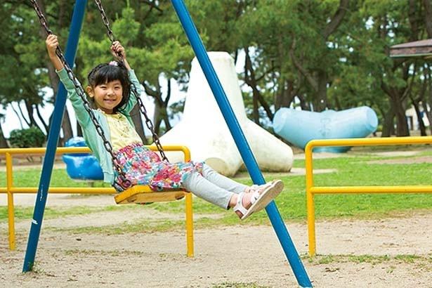 須磨海浜水族園の西側にある遊具広場。滑り台やブランコなど、比較的小さい子供が遊べる遊具が並ぶ/須磨海水浴場