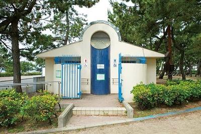 気軽に利用できる園内の常設トイレ。週末は行列ができることもあるので、早めに行こう/須磨海水浴場