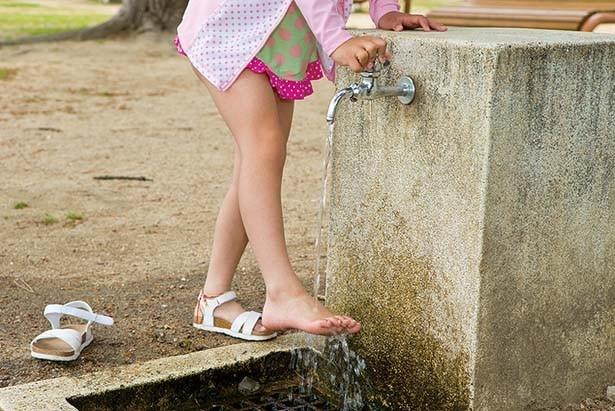 時計台の南に設置されている足洗い場は自由に利用できる。足の汚れを落としてから帰ろう/須磨海水浴場