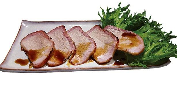 「海の家 マーメイド」の「特選焼き豚の炙り焼き」(500円)。昨年好評だった特選焼き豚が、今年は炙って登場/須磨海水浴場