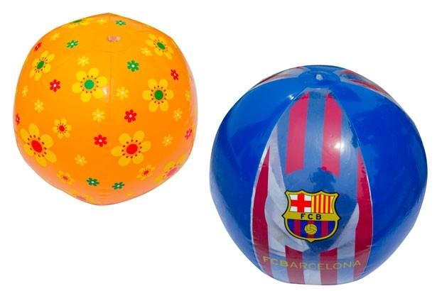 【ビーチボール】小さめのビーチボール(左)。小さい子供でも安心して投げたりキャッチしたりできるサイズなのもうれしい。活発な男の子にぴったりの大きめサイズ(右)/須磨海水浴場