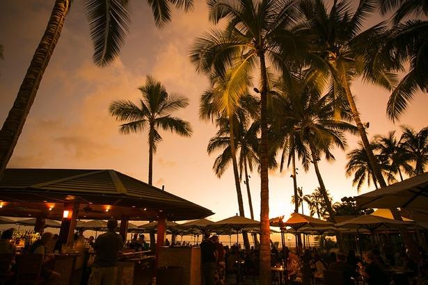 夜の幻想的な時間帯はもちろん、ワイキキビーチを一望できるサンセットタイムも楽しみたい。カバナで寝そべりながらガールズトークも楽しめる(カバナは$350以上の注文で予約可)