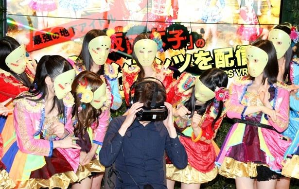 仮面女子が登場する前に報道陣の代表が体験。ゴーグルを取り仮想現実から戻ると、目の前には現実の仮面女子が…というドッキリを仕掛けるも、リアクションはいまいち?