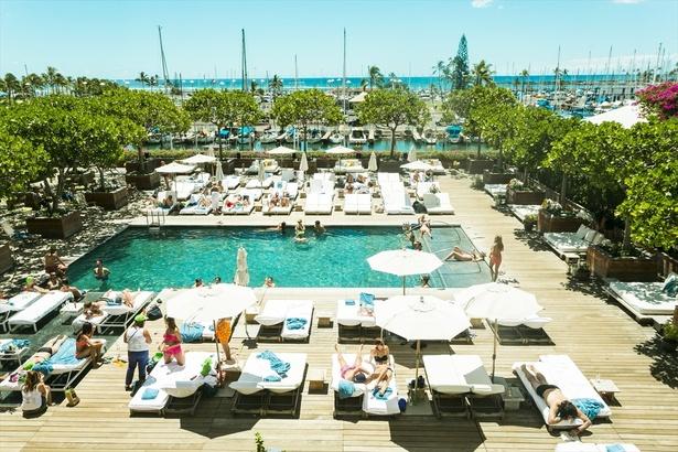 【写真を見る】ワイキキの元祖高級デザイナーズホテル「The MODERN HONOLULU」(ザ・モダン・ホノルル)