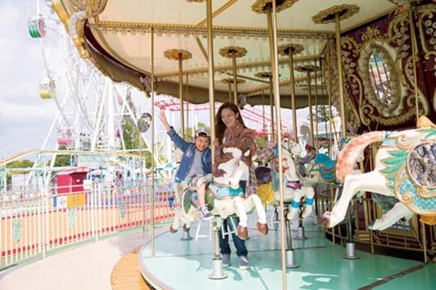 「メリーゴーランド」(300円)をはじめ、「フルーツ観覧車」(300円)など、かわいいアトラクションがそろう遊園地「おとぎの国」で遊ぼう/道の駅 神戸フルーツ・フラワーパーク大沢 FARM CIRCUS