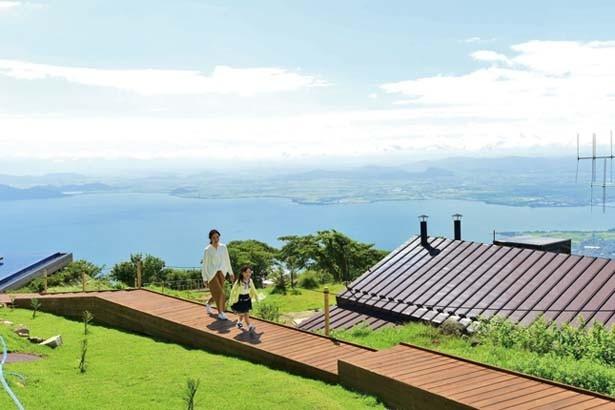 心地いい風の中、ボードウォークを散策。琵琶湖やロープウェイを眺めながら散歩を満喫/びわ湖テラス