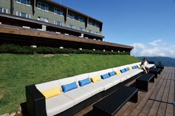 風が心地いい第2テラスでは、ソファーから絶景を眺めよう/びわ湖テラス