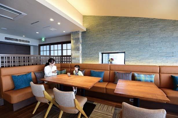 ラグジュアリーなソファー席から琵琶湖の景色を眺めよう/びわ湖テラス