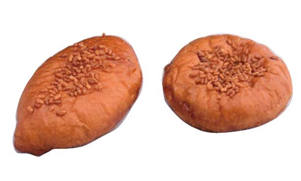 「びわ湖テラス カレーパン」(左・350円)。宝牧場産牛肉を使用した特製カレーパンは、店内で一から手作り。チーズ入り(右)もある/びわ湖テラス