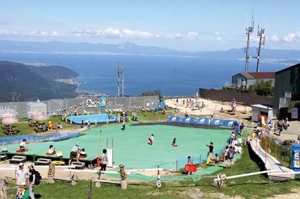 「サマーランド」では、琵琶湖の大パノラマを眺めながら、爽快なそり遊びやカベ横歩きなどの遊具で存分に楽しめる。小さな子供も安心して遊べる/びわ湖バレイ