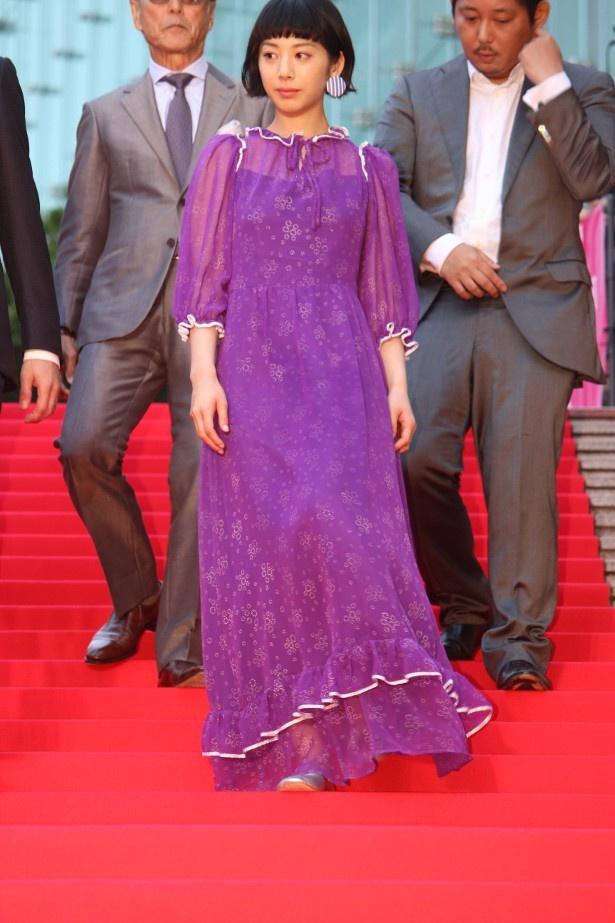 【写真を見る】紫のシースルーのドレスを着た夏帆の全身ショット