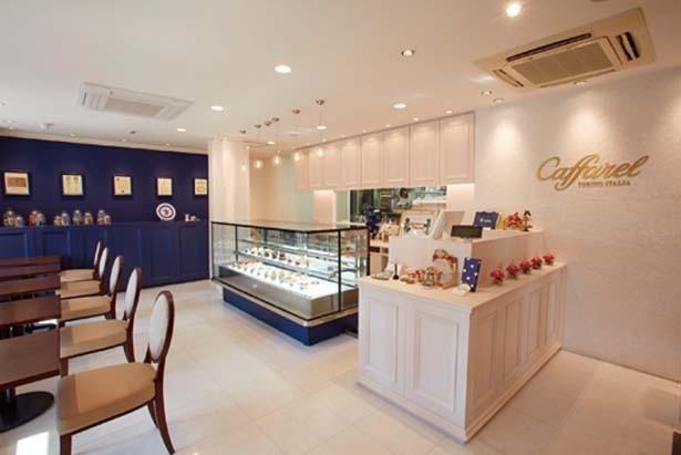 【写真を見る】白を基調にした、上品な雰囲気が漂う落ち着ける店内/カファレル 神戸北野本店
