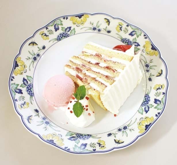 「神戸元町本店特製ショートケーキ(ドリンク付き)」(1080円)。柔らかさと大きさゆえ、あらかじめ横倒しにした状態でサーブしてくれる/ユーハイム神戸元町本店