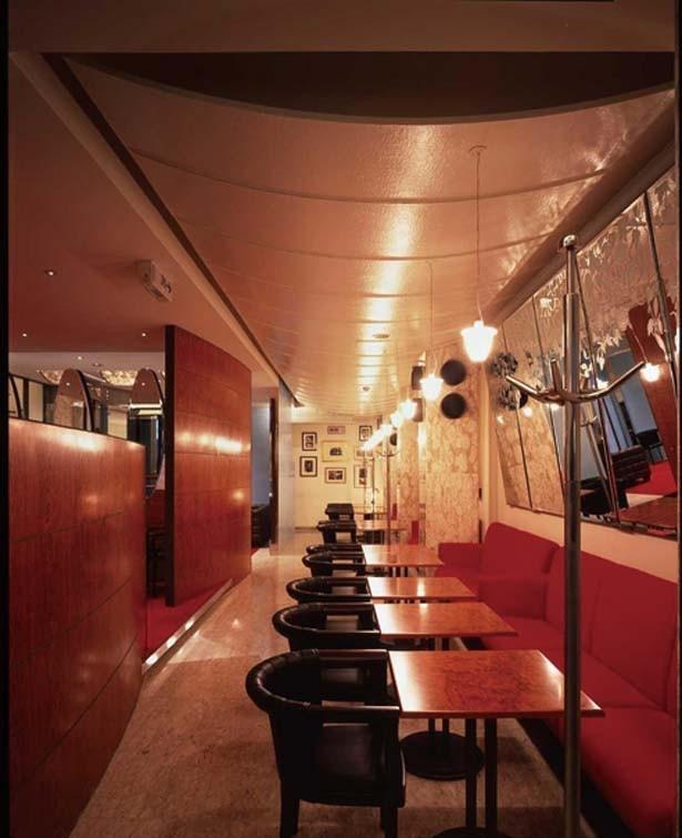ヨーロッパのカフェを思わせるクラシックな空間。創設者の写真が飾られている/ユーハイム神戸元町本店