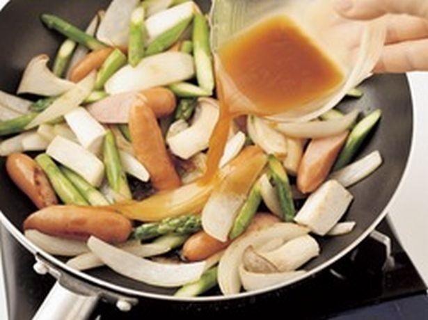 片栗粉を加えた合わせ調味料なら、調味と同時にとろみもつけられ、一石二鳥