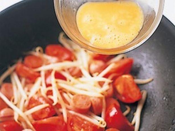 トマトは水分が多いため、卵でとじることで、うまみとともにまとまりやすくなる