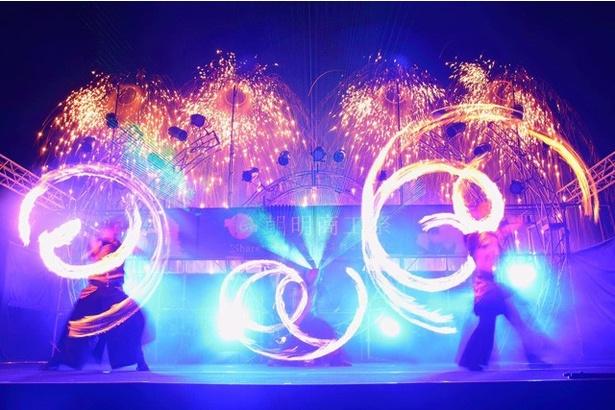 【写真を見る】夜のショータイムでは、ファイアーパフォーマーやウォーターパフォーマーなど100人以上のパフォーマーが花火に合わせて登場!(イメージ)
