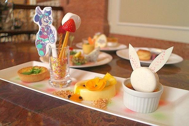 【写真を見る】「ライム・ジンジャークレームブリュレ」の上にウサギ形の「ラズベリーマカロン」をトッピング!