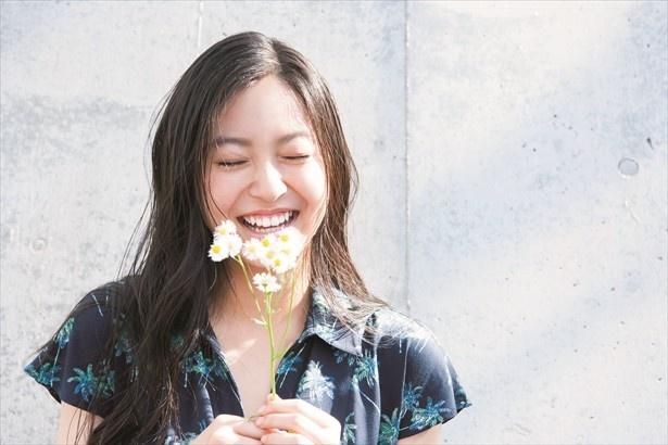 撮影中は終始和気あいあいとした雰囲気。スタッフから花を渡されこの表情