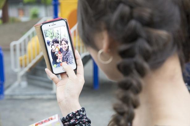 つかまえていると思ったら、いつの間にか写真大会に。「遊びながら、一緒に写真が撮れるのもいい!」(伊藤さん)