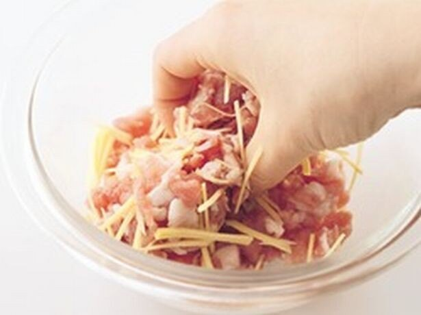 【写真を見る】しょうがは豚肉に下味をつける段階で投入。もみ込んでおく