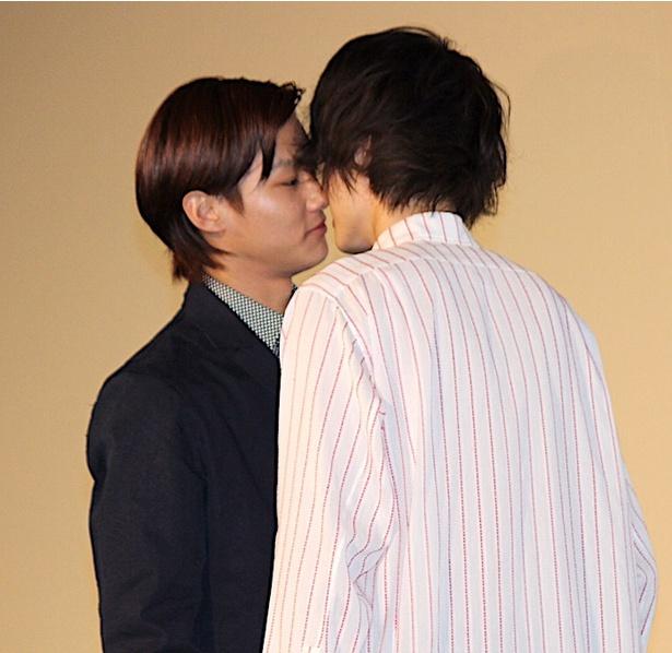 【写真を見る】菅田将暉と野村周平がキス!会場から悲鳴のような大歓声