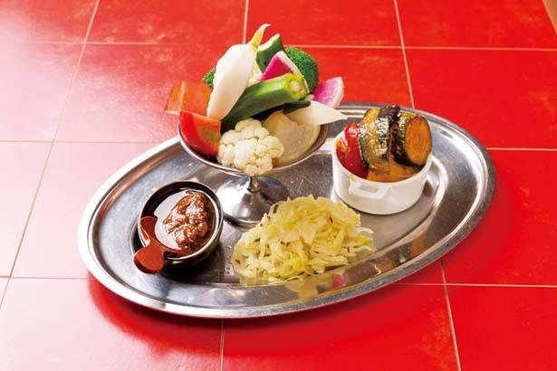 前菜はほとんどが盛り合わせでの提供。「旬の苦味野菜のサラダ」(1296円)/ギャロ バンガロー