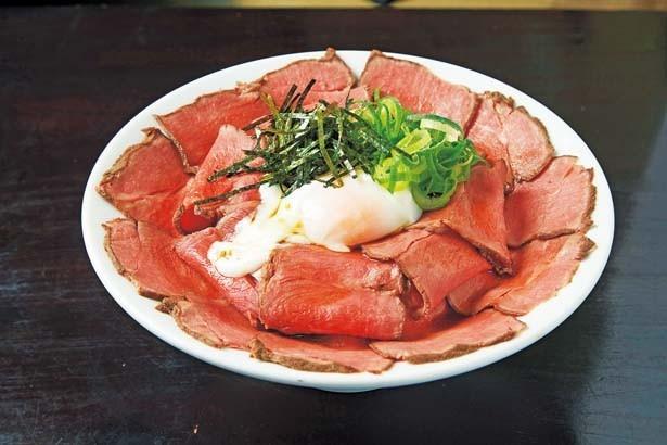 【写真を見る】ご飯の上に味噌ダレと特製マヨネーズがのった「ローストビーフ丼(大盛)」(1080円)/KOTOBUKI