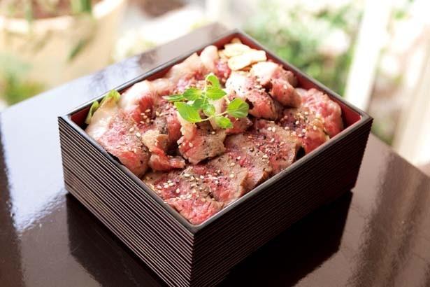 「熟成肉ステーキ重(並)」(1250円)。醤油ダレで味付けしたご飯にレタスをのせ、黒毛和牛ステーキ120gを敷き詰めて/神戸牛と熟成肉 ステーキ SHIOSAI