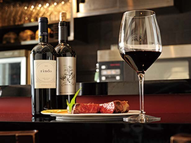 肉に合うワインは赤白グラス(500円)から豊富にそろう。なかにはヴィンテージの赤ワインも/神戸牛と熟成肉 ステーキ SHIOSAI