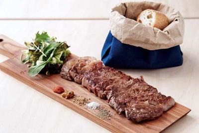 「サーロインステーキ」(1080円/100g ※写真は2700円/250g+調理代810円)。肉を熟知しているだけに最高の焼き加減。「サラダ&バゲット」は300円/NicK MEAT SHOP