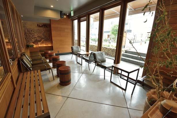 店内にはインドアテラスもあり、ワンちゃんの同伴も大歓迎/スターバックス コーヒー 中山手通2丁目店