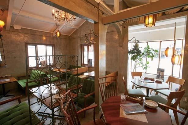 イタリアの一軒家をイメージした店内には、カウンターやテーブル席、2階にはゆったりしたソファー席も/罠:TRAPPOLA