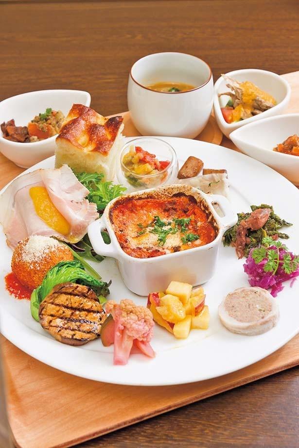 15種類の前菜を盛り込んだ「timo特製ランチ」(1728円)。有機野菜や高知の魚介など厳選食材を使用/MOTOMACHI timo