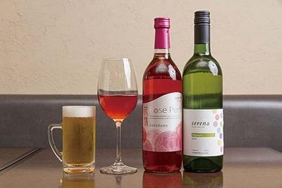 品ぞろえ豊富なワインには、自然農法で栽培したブドウで造る風味豊かなビオワインも常備/MOTOMACHI timo