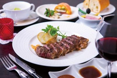 【写真を見る】すっと溶けていく、香ばしい脂の甘味が印象的な「ステーキランチ」(1700円/180g)/神戸ステーキ プロペラ