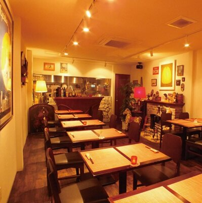 貴重なアンティークの調度品の数々が落ち着いた雰囲気を演出/神戸ステーキ プロペラ