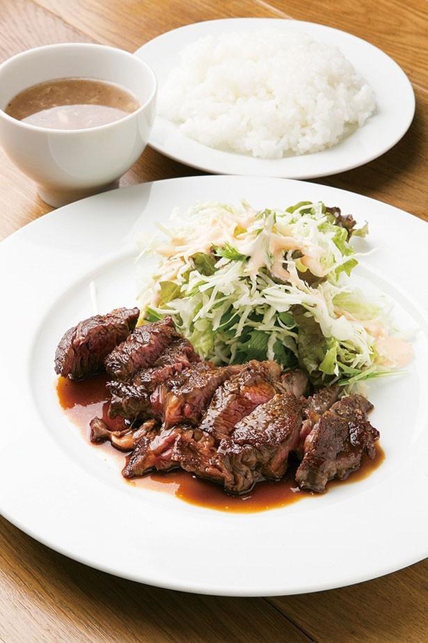 「ステーキランチ」(800円/180g)。程よいレア状態に焼き上げられた肉の旨味が格別。味噌ベースのソースも絶品で、ご飯が進む/キャトルラパン 神戸三宮