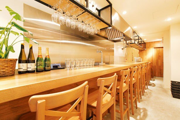 カウンターメインの店内は、カジュアルで肩肘張らず楽しめる雰囲気。ビールやワインは600円から/キャトルラパン 神戸三宮