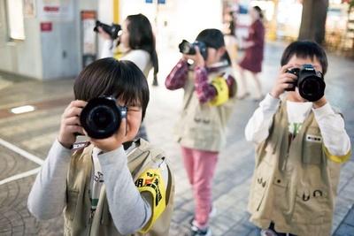 基本操作をマスターして出かけよう。本格的な一眼レフを手に、気分はプロカメラマン! ※写真はすべてキッザニア東京のもの/キッザニア甲子園