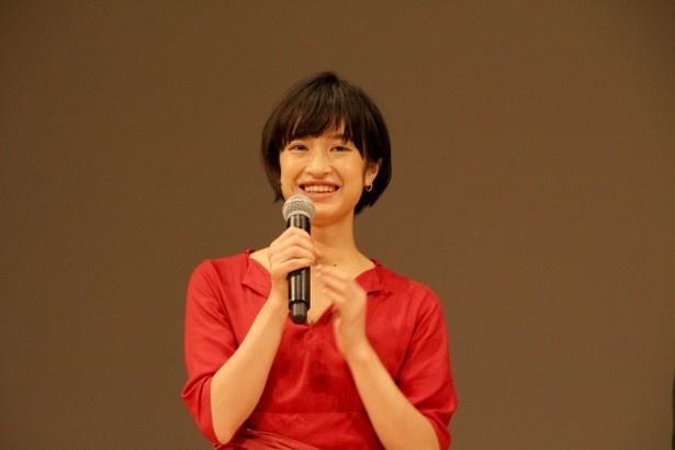 【写真を見る】赤のドレスで登場した門脇は、久しぶりに会った有岡の態度にびっくり!?