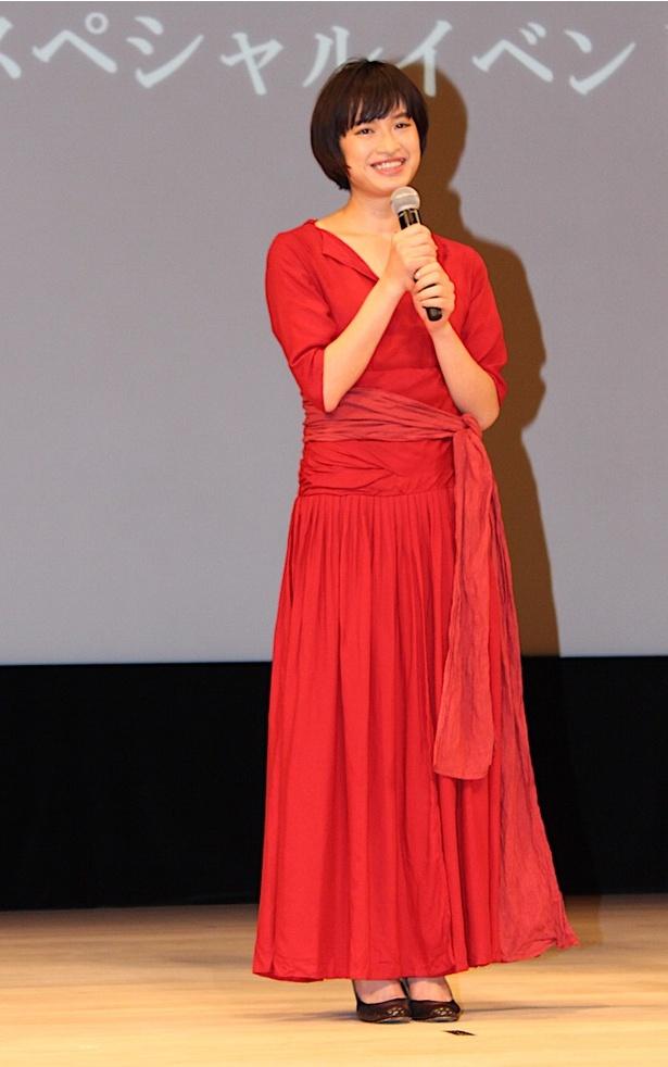 【写真を見る】門脇麦、真っ赤なロングドレスに黒のパンプスをあわせた大人スタイルで登場1