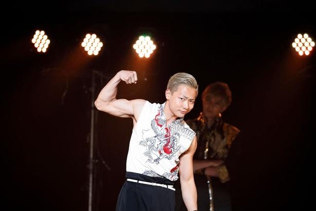 「Fight&Fire」では、上腕二頭筋をしゃちほこに見立てた田中俊介