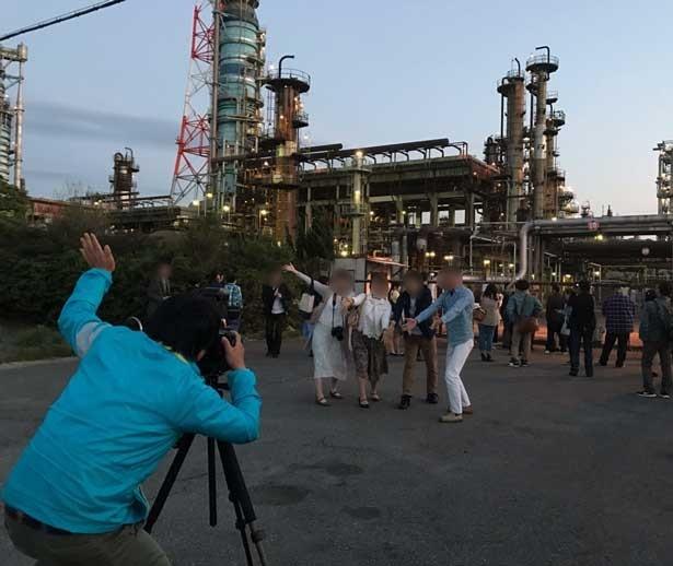 大阪国際石油精製前ではグループによる集合写真も