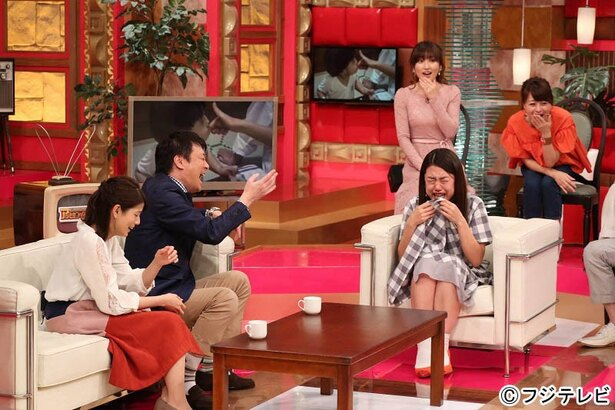 【写真を見る】横澤夏子、スカートをめくって大号泣!