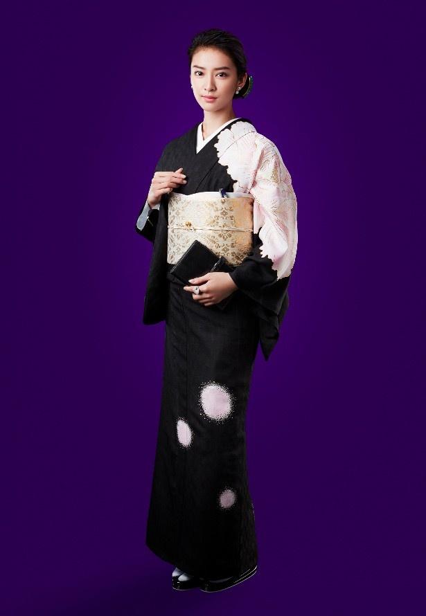 【写真を見る】銀座の若きママを演じる武井咲は艶やかな着物姿を披露!
