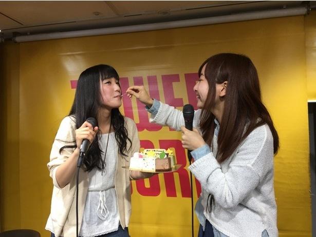 【写真を見る】あさひちゃん、4年ぶりのアイスクリーム解禁で足をバタバタさせて喜ぶ!