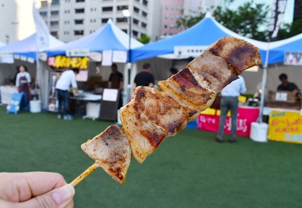 鹿児島県の黒豚専門店「薩摩黒豚の三清屋」からは「黒豚串焼き」(600円)。しっかりした肉の味わい深さを楽しめる