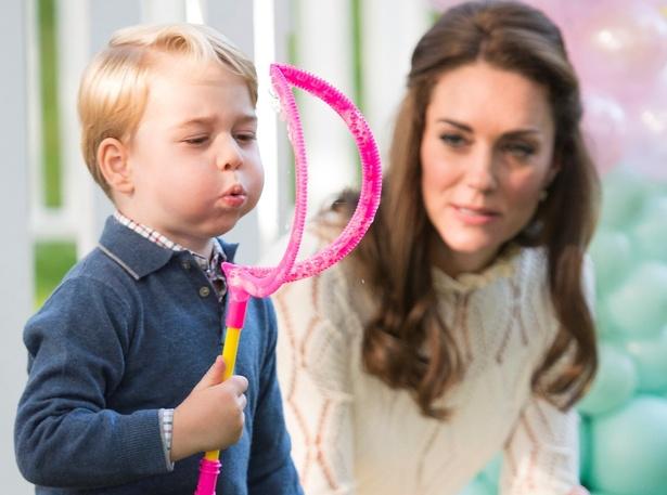 しゃぼん玉を膨らませる様子が愛らしいジョージ王子