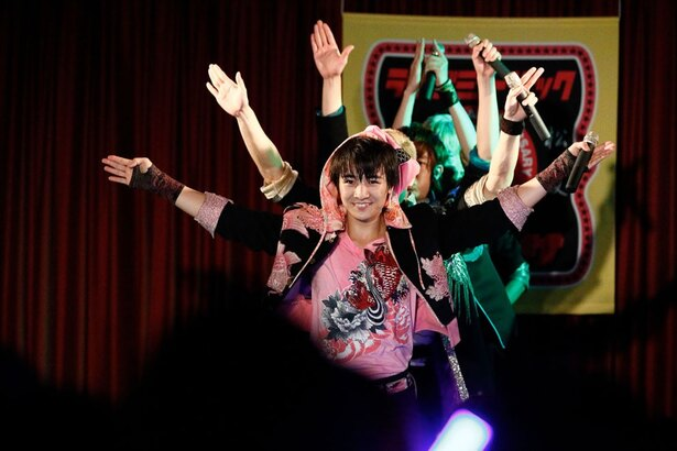 「TOKIO」を毎公演ごと各地の方言を交えた異なる歌詞でパフォーマンス。今回はもちろん「MIE」